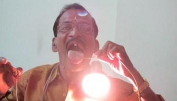 Raj Mohan Nair, l'uomo che fa passare l'elettricità attraverso il corpo (1)