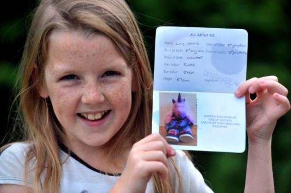 Bimba di 9 anni passa la dogana con il passaporto di un unicorno (4)
