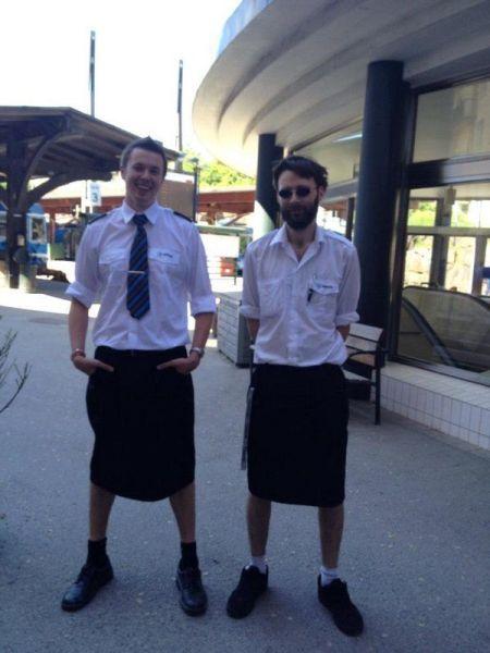 Vietano i pantaloncini; mettono la gonna per protesta (2)