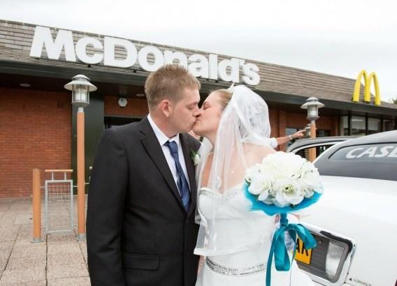 Coppia di sposi tiene il ricevimento di nozze da McDonald's (1)