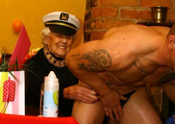 Assume uno spogliarellista per il suo 100esimo compleanno (1)