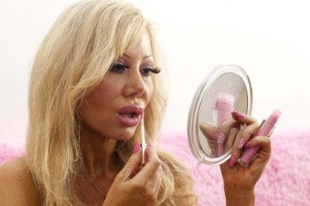 Barbie-wannabe ricorre all'ipnositerapia per diventare più stupida (1)