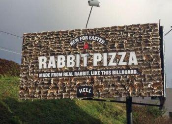 Cartelloni pubblicitari con veri conigli morti (2)
