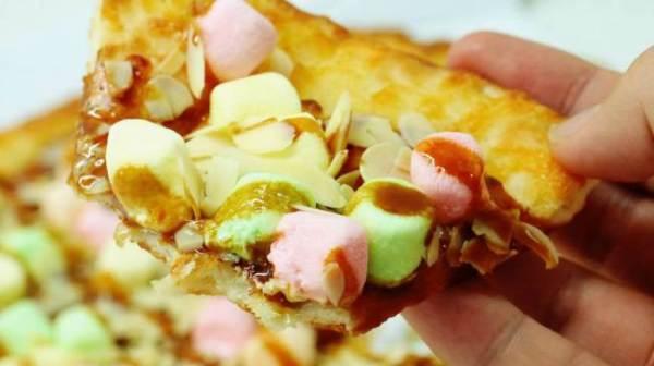 In Giappone inventano la pizza con caramello e marshmallow (2)
