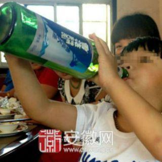 Cheng Cheng, l'alcolizzato più giovane del mondo ha solo 2 anni