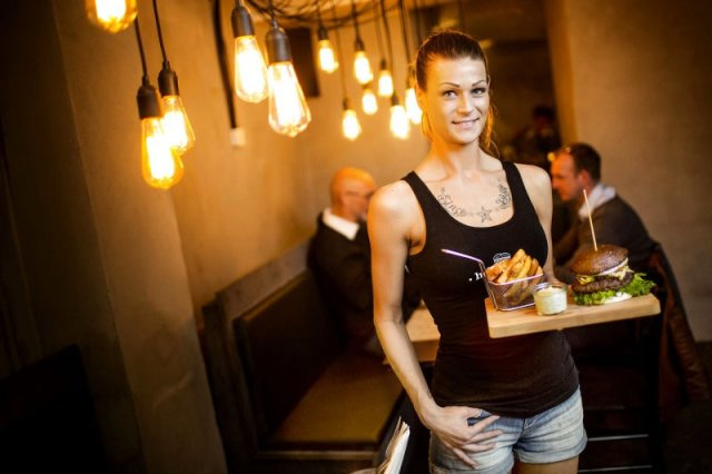 Cameriere sexy a Copenhagen servono sex toy insieme agli hamburger (3)