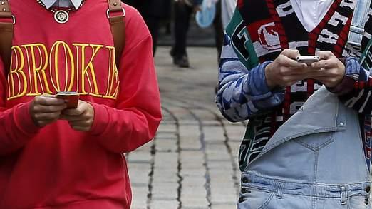 Corsia marciapiede riservata a chi usa gli smartphone (1)
