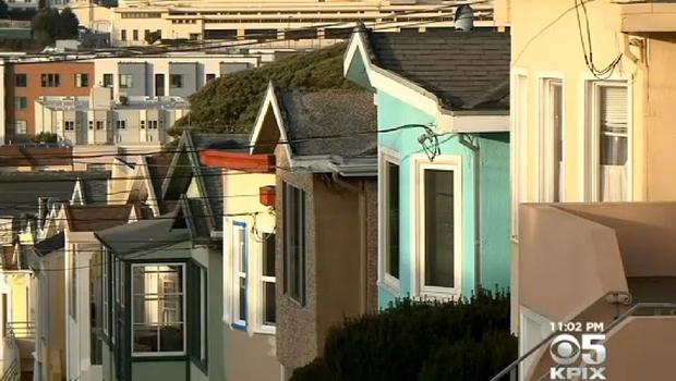 Corre nudo sui tetti e morde una coppia, arrestato