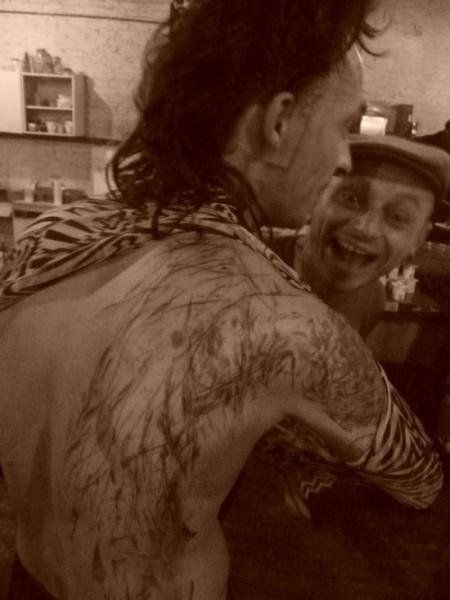 Band belga si tatua durante i concerti Tat2noiseact
