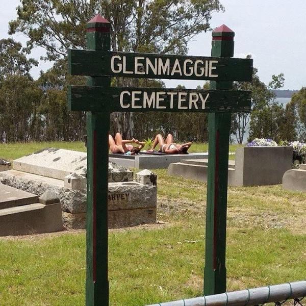 Trovate due donne a prendere il sole al cimitero