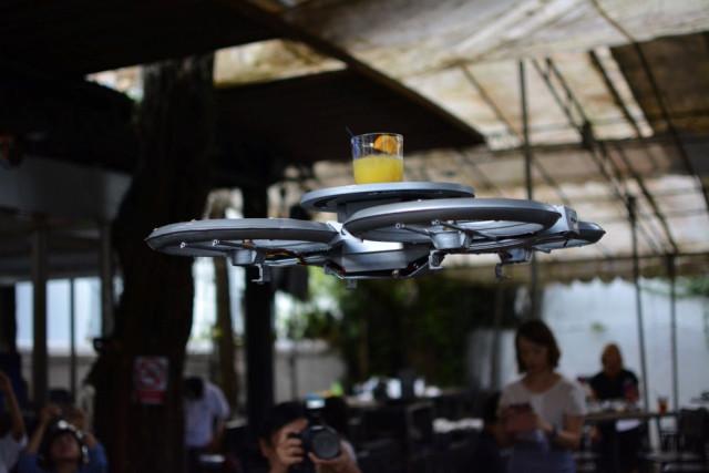 Droni al posto dei camerieri in un ristorante di Singapore (2)