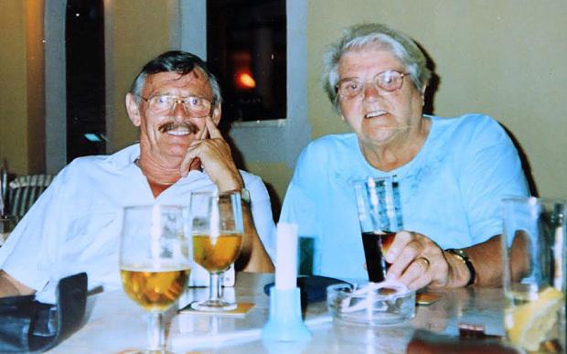 Coppia di anziani morti a pochi giorni di distanza verrà sepolta insieme mano nella mano (1)