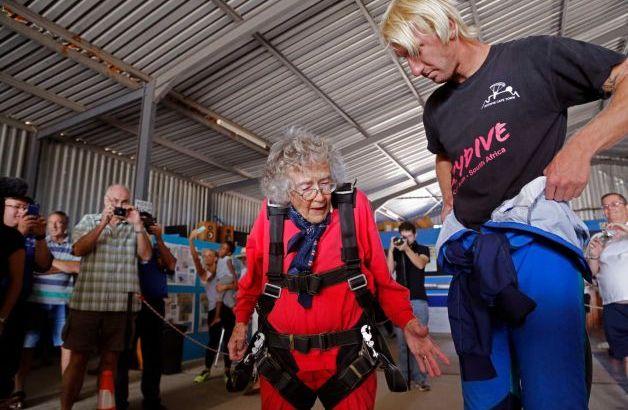 Anziana festeggia i suoi 100 anni facendo paracadutismo (2)