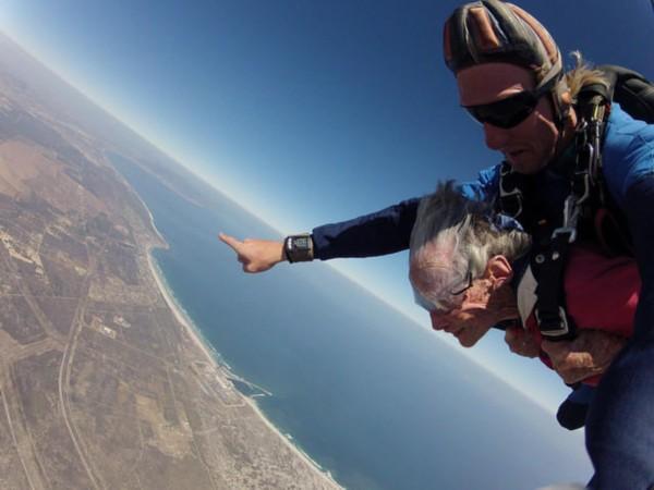 Anziana festeggia i suoi 100 anni facendo paracadutismo (1)