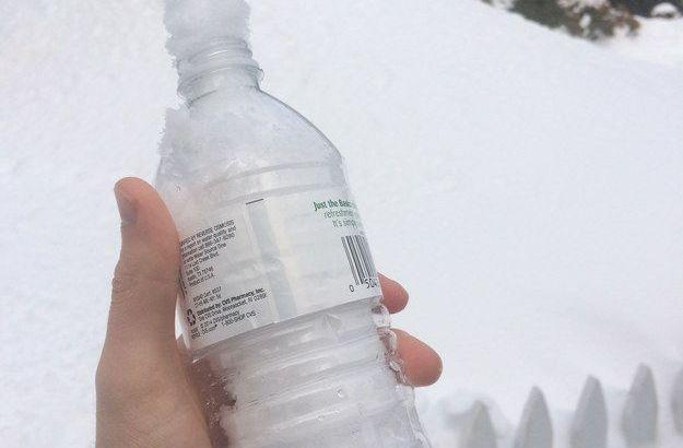 Imbottiglia la neve e la vende a chi non ne ha (2)