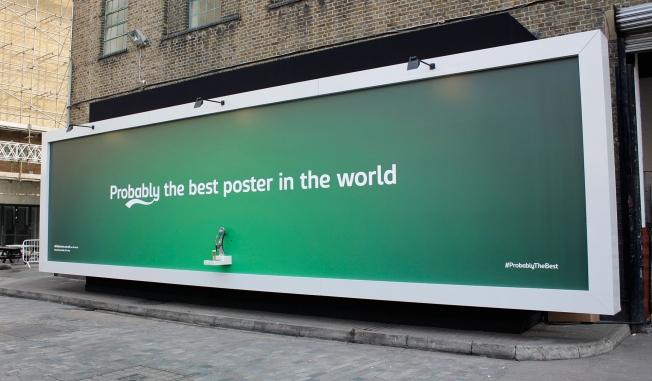 Il cartellone pubblicitario della Carlsberg che eroga birra gratuita (2)