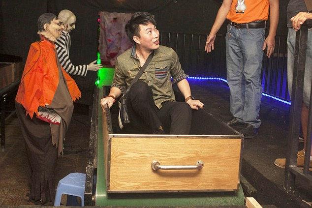 Simulatore di morte in 4D per provare l'esperienza della cremazione (2)