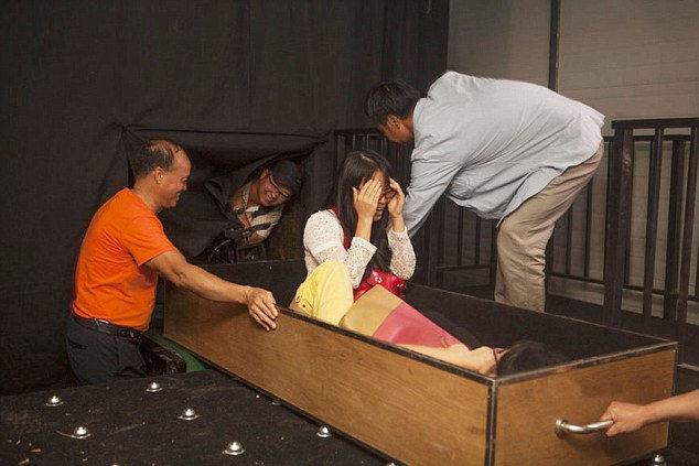 Simulatore di morte in 4D per provare l'esperienza della cremazione (3)
