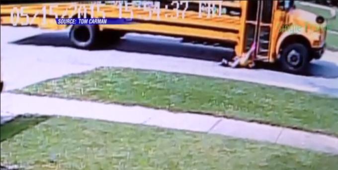 Scuolabus trascina bambina incastrata tra le porte