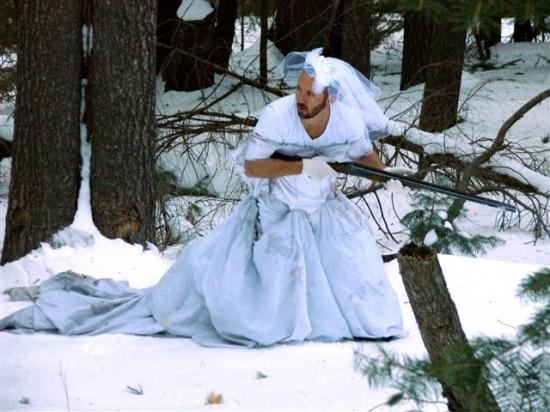 uomo vestita da sposa