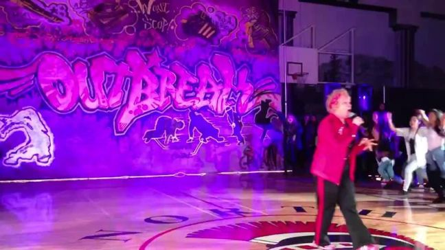 Donna 60enne balla hip hop sulle note di Uptown Funk