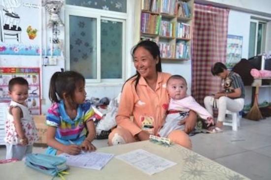 donna cinese con bambini