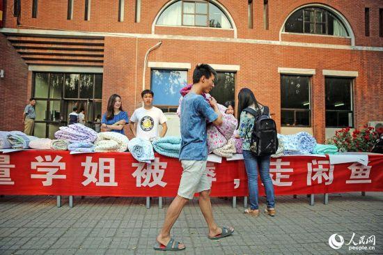 Studente vende trapunte usate dalle ragazze ai loro spasimanti