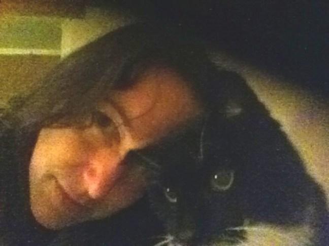 Vuole sposare il suo cane dopo che l'ex marito - il gatto - è morto