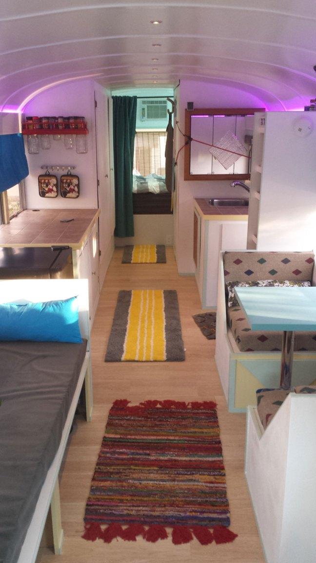 Trasformano uno scuolabus anni '90 in un'adorabile casa mobile
