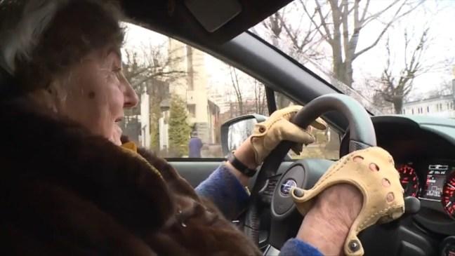 Vecchietta 81enne sfreccia tra le strade polacche con la sua Subaru