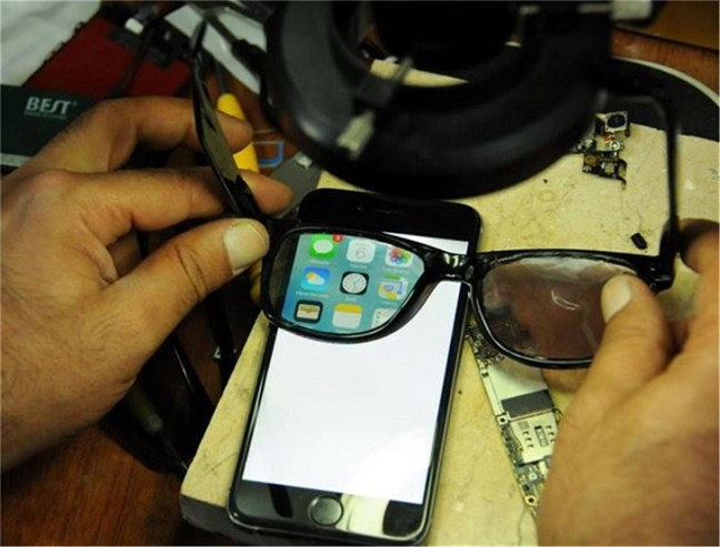 Progettati occhiali che permettono di vedere lo schermo dello smartphone solo a chi li indossa