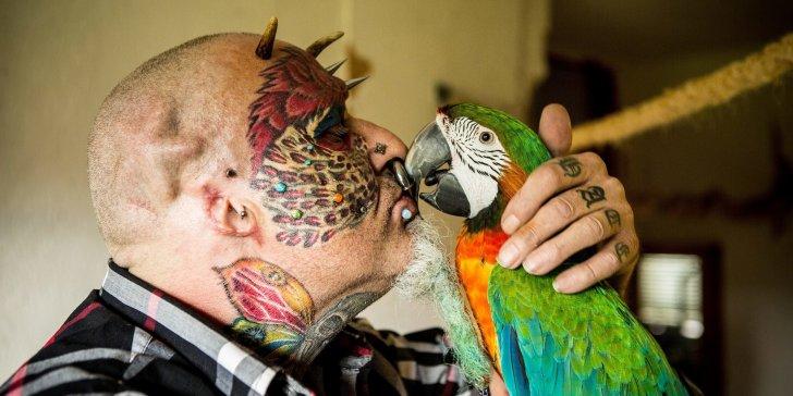 Si fa amputare le orecchie per somigliare a un pappagallo