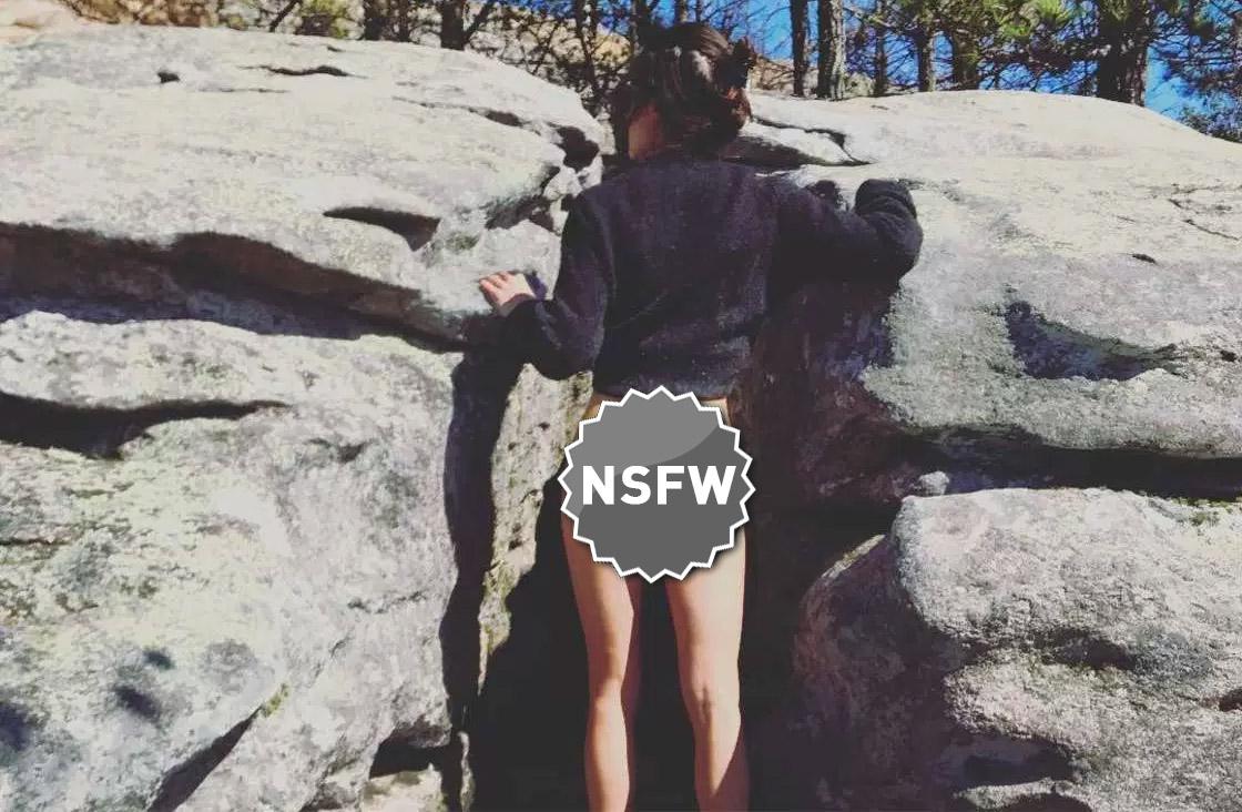 #cheekyexploits, su Instagram si mostra il sedere di fronte a paesaggi mozzafiato (NSFW!)
