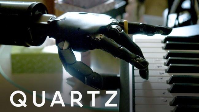 suona-piano-braccio-artificiale