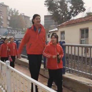 Ragazzina cinese di 11 anni è già alta 210 cm