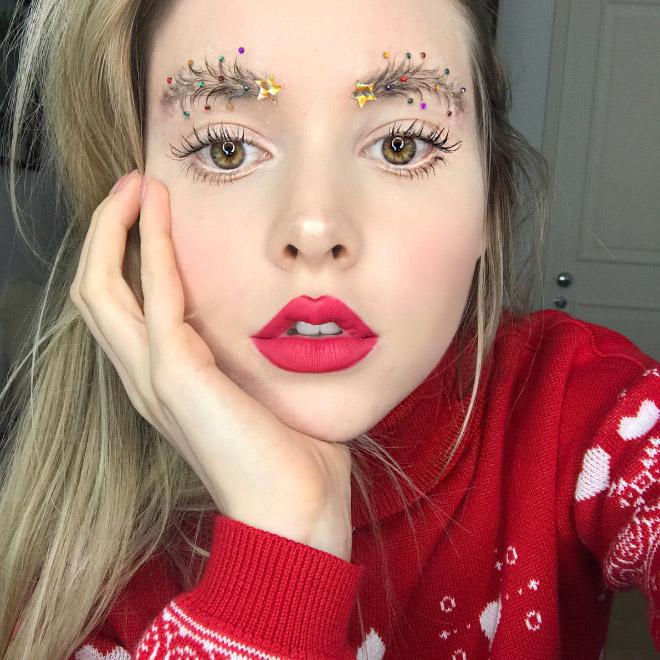 Assurdo trend su Instagram: addobbare le sopracciglia a tema natalizio