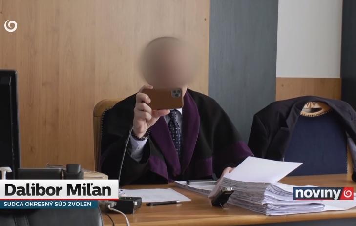 soudce odmítá nosit roušku
