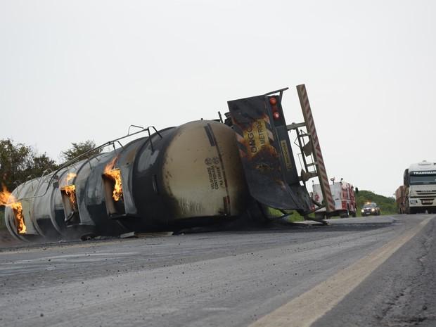 Após tombar, carreta carregada com álcool explode na BR-364