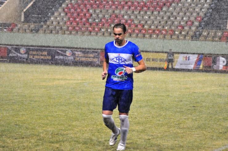 Com um gol e duas assistências, o atacante Adriano Louzada acabou eleito o melhor do jogo. Foto: Manoel Façanha.