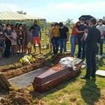 Funcionária do Araújo vítima de racha é enterrada sob pedidos de justiça