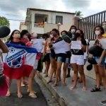 Mulheres protestam contra goleiro Bruno Fernandes em hotel no interior do Pará