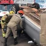 Condutora perde controle, colide contra carro e capota na avenida Getúlio Vargas