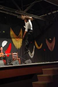 Mit den Spanisch-Sprachschülern beim Kulturausflug, Flamenco in Ubrique, Tänzer beim Sprung.