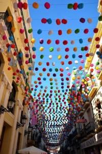 Ausflug nach Ronda mit den Spanischsprachschülern in der Fußgängerstrasse dekoriert für die Feria.