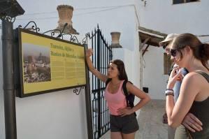 Mit den Spanisch-Sprachschülern beim Kulturausflug in Setenil de las Bodegas, leyendo carteles.