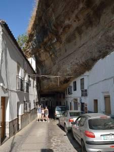 Mit den Spanisch-Sprachschülern beim Kulturausflug in Setenil de las Bodegas, roca traviesa calle.