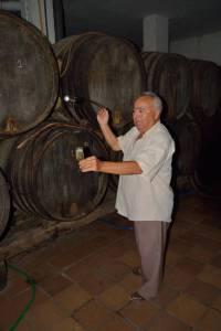 La venencia es la forma de echar vino de Jerez en una copa para que se enriquezca de oxígeno. Explicación para los estudiantes de español