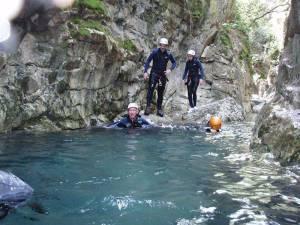 Mit den Spanisch-Sprachschülern beim canyoning in der Garganta Verde in Zahara de la Sierra im Parque Natural Sierra de Grazalema, im Wasser III.