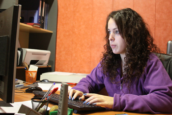 Noelia escribiendo el tutorial del curso de ilustracion.