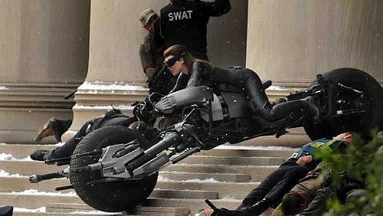 Catwoman atropella a un cámara en pleno rodaje.